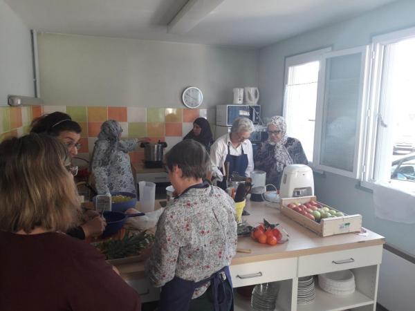Préparation dans la cuisine du GAEQ