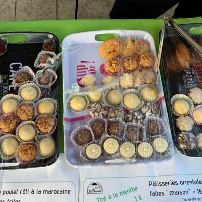 Vente de gâteaux, au bénéfice de l'orphelinat d'Agadir