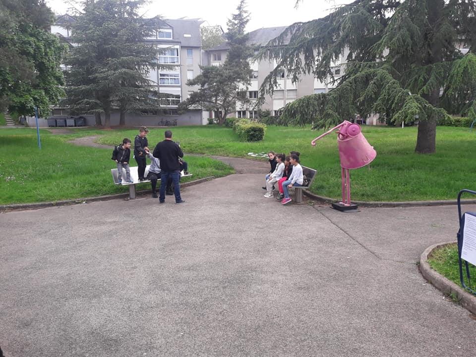 Dans la série les pédagogies actives, Bouba innove et délocalise le cours en plein air.