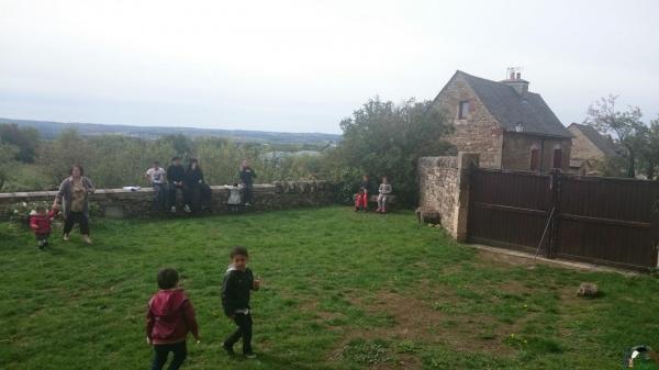 Les enfants profitent du parc du Château