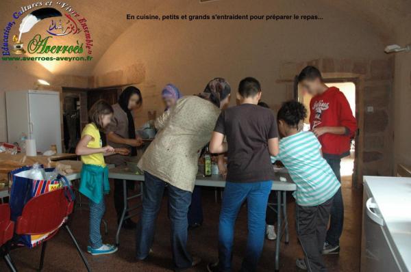 En cuisine, petits et grands s'entraident pour préparer le repas...