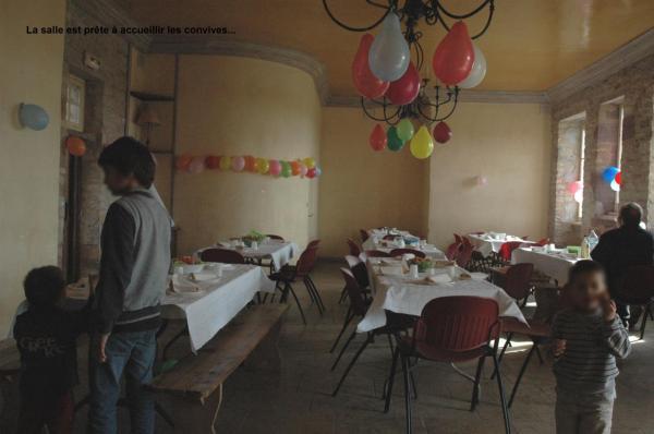 La salle est prête à accueillir les convives...