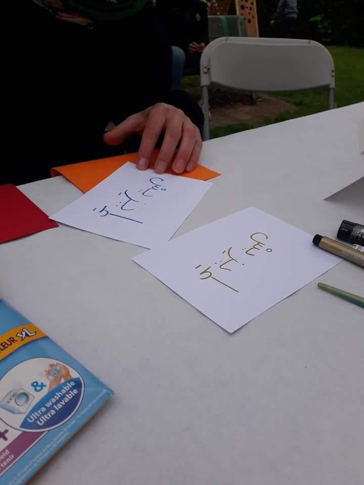 Isis apprend à écrire son prénom en arabe