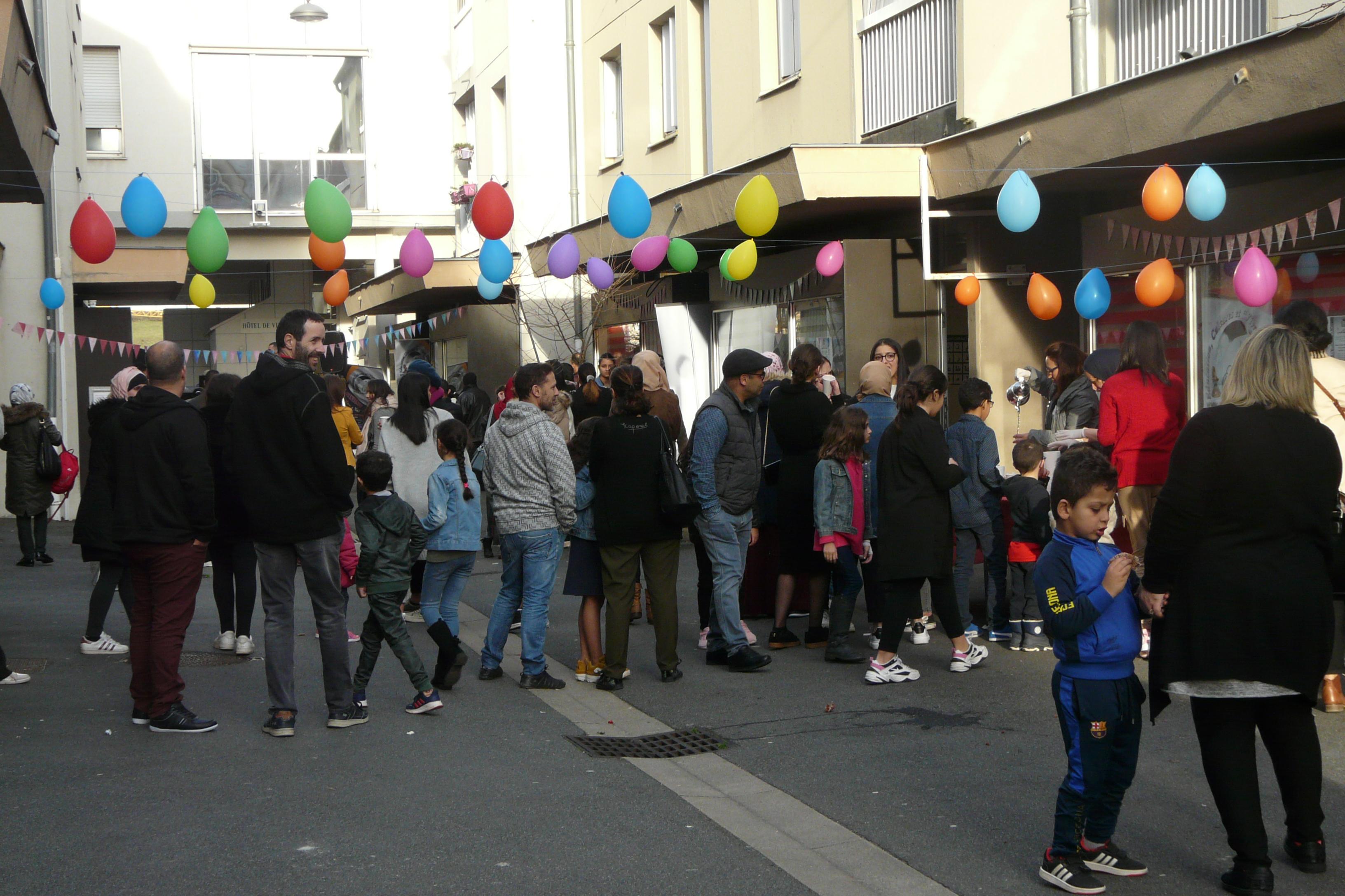 Ambiance de fête dans la rue des Coquelicots