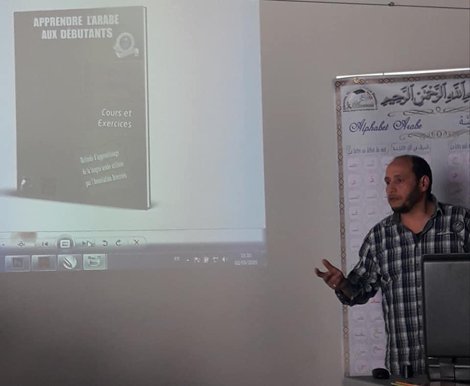 Mohamed présente la maquette des futurs supports pédagogiques